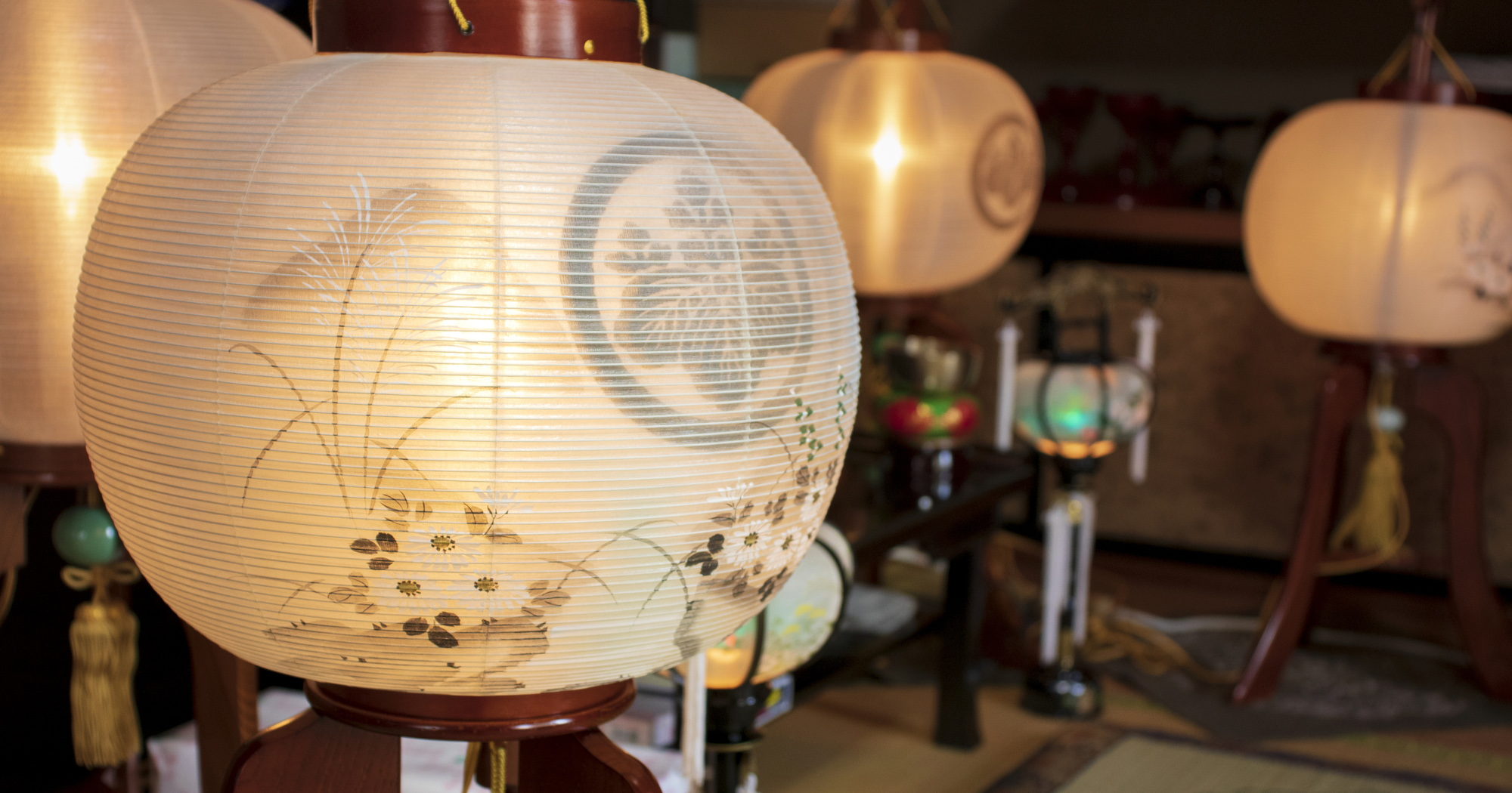 盆提灯には大きく分けて、吊り提灯と置き型の提灯の2つの種類があります。