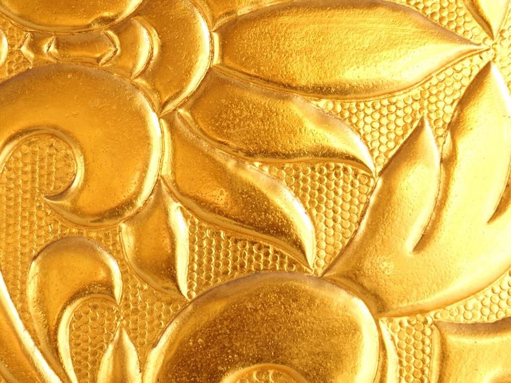 川辺仏壇には純金箔や純金粉が使用されています。