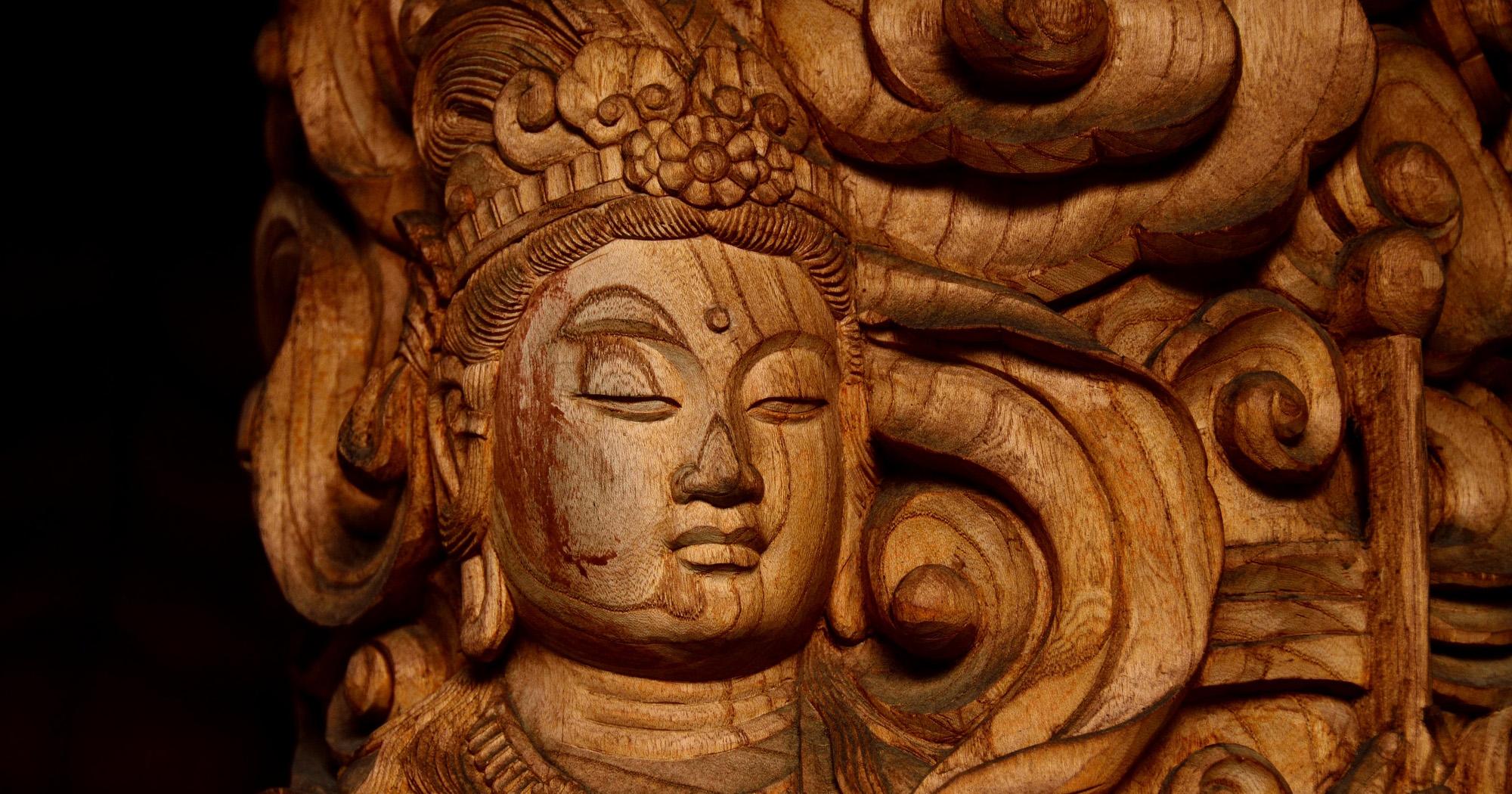 菩薩の名には、「人々が救いを求めるのを聞くと、自在に真理を見通して救う」という意味があります。